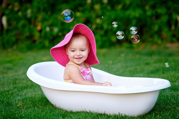 シャボン玉で入浴夏の美しい少女