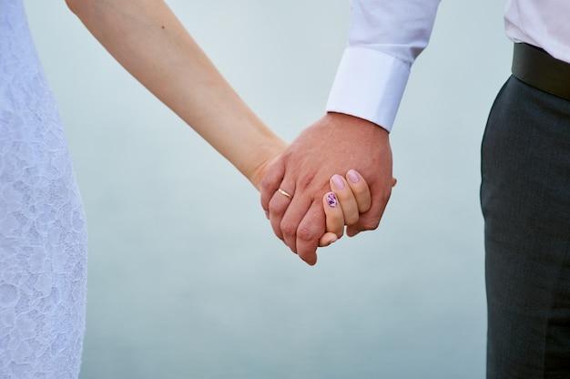 手を繋いでいる新郎新婦