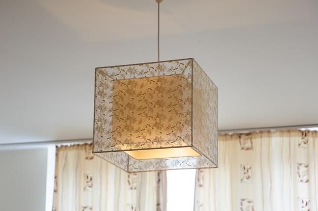 Красивая дизайнерская декоративная люстра в комнате