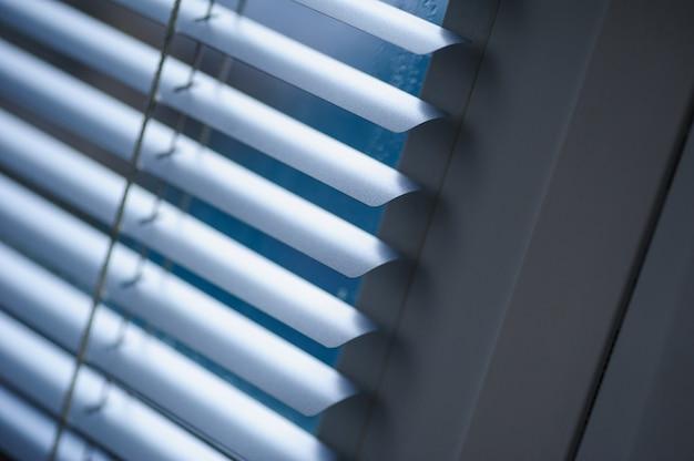 Белые ставни на окнах в офисе