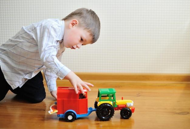 室内でおもちゃの車で遊ぶ子供男の子幼児