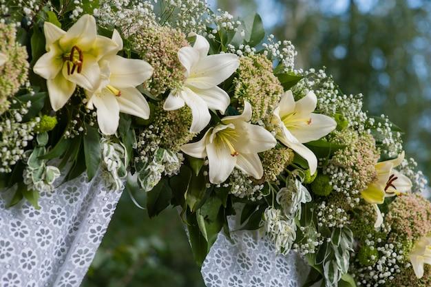 Красиво украшенная свадебная арка для церемонии на открытом воздухе