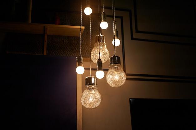 部屋を照らすヴィンテージの電球