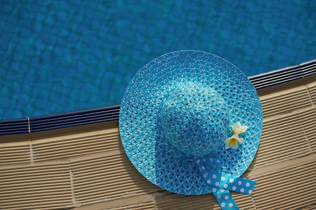 プールの横にあるビーチハット、テキスト用のスペースを含む平面図