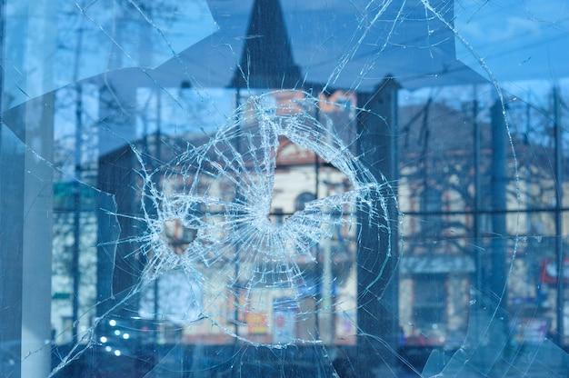 弾丸は窓にガラスを貫通