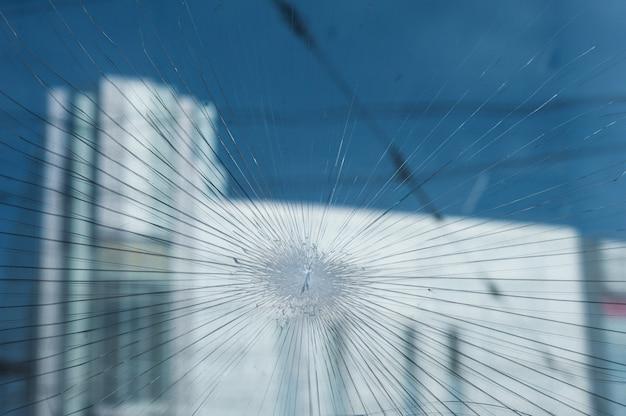 お店の窓に弾痕