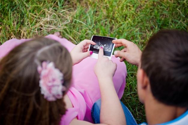 超音波スキャンを見ている将来の両親