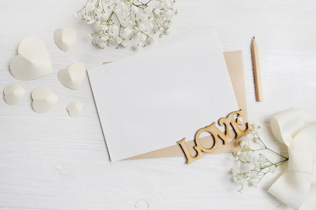 あなたのテキストのための場所で素朴なスタイルの聖バレンタインデーのためのペンのグリーティングカード付きの手紙