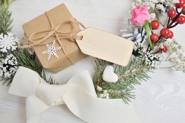 空白の木製タグ付きクリスマスリース
