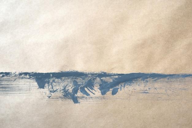 Вид сверху фон серой краской на крафт-бумаге с каплями