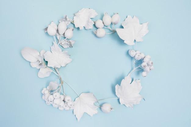 アート、画像または手レタリング秋組成コピースペース、上面図の青い背景フラットレイアウトモックアップに白い葉を持つフレーム