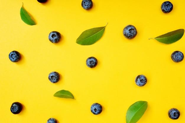 黄色の葉と夏のブルーベリー