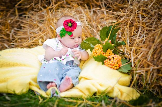 干し草の毛布の上に横たわる美しい少女