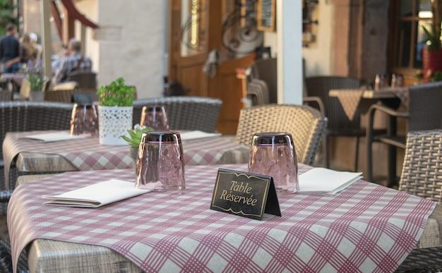 予約済みのフレンチカードを備えたエレガントなフレンチレストランのテーブル