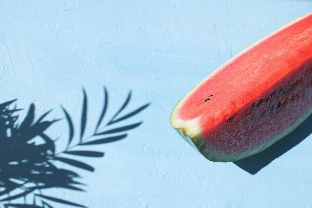 新鮮な赤いスイカスライス水色の背景トップビュー