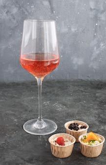 ワイングラスローズワインのタルトクリーミーなヤギのチーズドライフルーツの前菜
