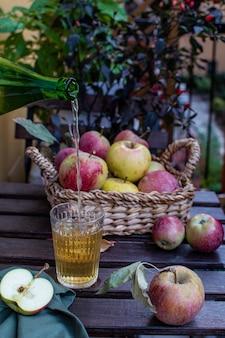 新鮮な熟したリンゴと有機リンゴジュース