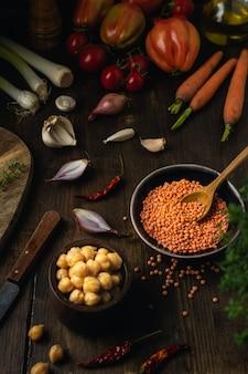 野菜の品揃え、レンズ豆、ひよこ豆、茶色の木製のテーブル、トップビュー
