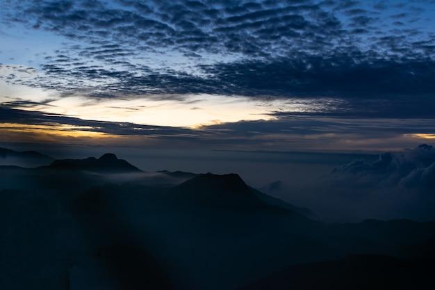 Восход солнца от пика адамс или горы шри-пада, шри-ланка