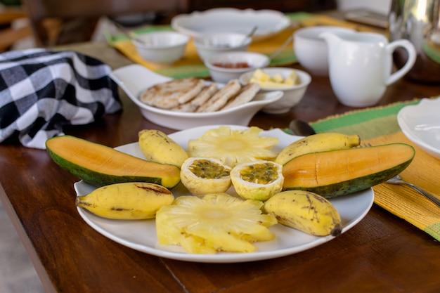 Красиво подается завтрак из свежих фруктов