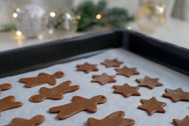 クリスマス料理 - ベーキングシートに自家製ジンジャーブレッドクッキーの選択と集中