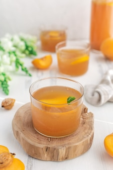 Освежающий безалкогольный персиковый лимонад