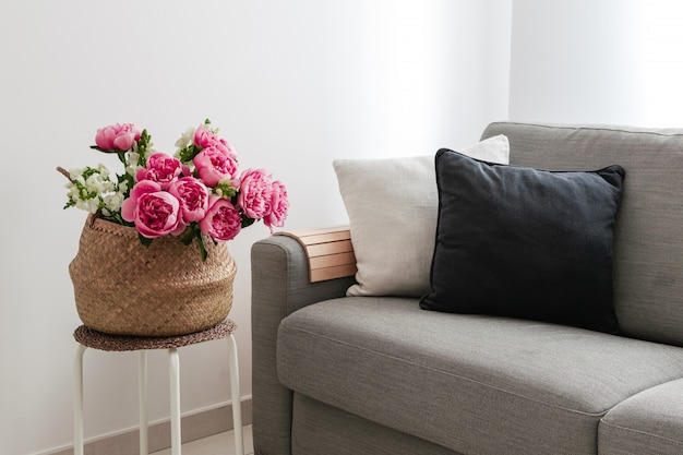 居心地の良いリビングルームにはソファと花のバスケット