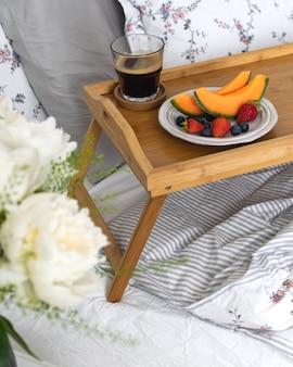 ベッドでのロマンチックな朝食