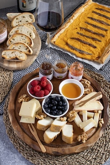 テーブル-ワイン前菜、チーズ盛り合わせ