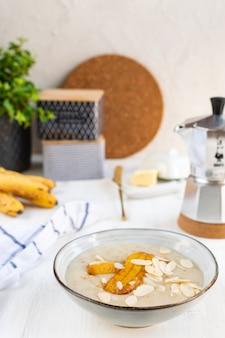 Овсяная каша с бананами и миндалем, кофеварка мока