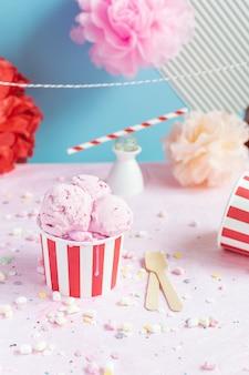 カラフルな誕生日パーティーのコンセプト、お祝い、アイスクリーム、紙吹雪、輝き、サーカス