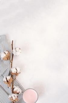乾燥綿の枝、しわくちゃのストライプナプキンにキャンドル