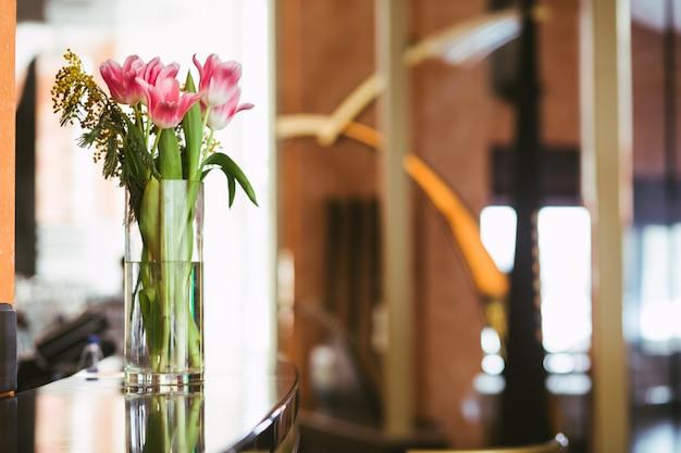 花瓶にピンクのチューリップの花束