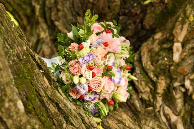花嫁の花束にピンクと紫のバラ