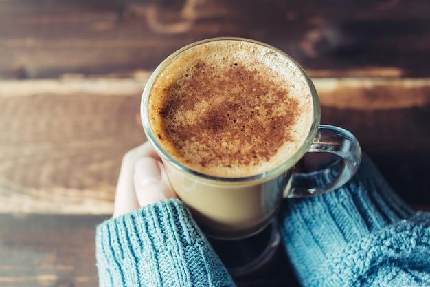 朝、コピースペースでコーヒーのカップを保持している女の子