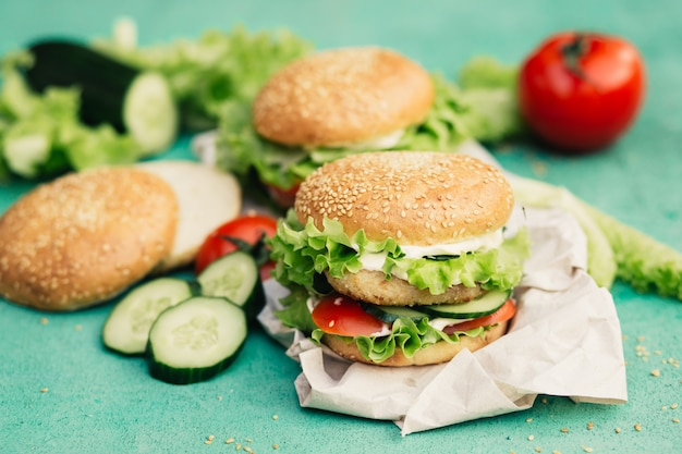 食材を使った食欲をそそるハンバーガー