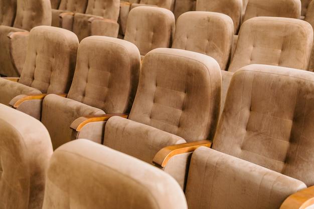 空の茶色のベルベットの映画館の座席