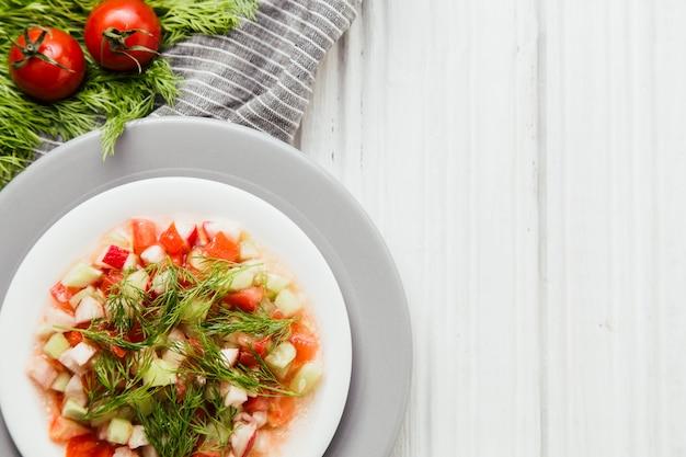 新鮮な野菜と健康的な朝の食事