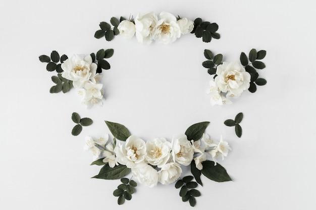 白い野生のバラと夏の花のフレーム