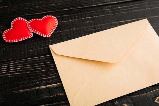 Любовное письмо на деревянном столе