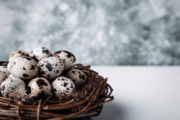 テーブルの上の巣にウズラの卵