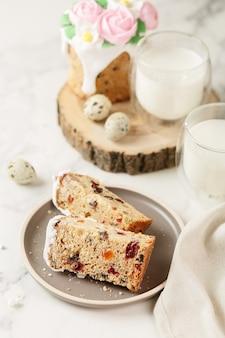 ハッピーイースターの朝食、ケーキ、牛乳