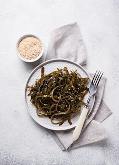 ゴマと海藻のサラダ