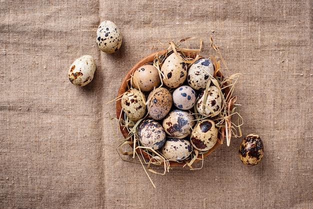Перепелиные яйца на льняном фоне