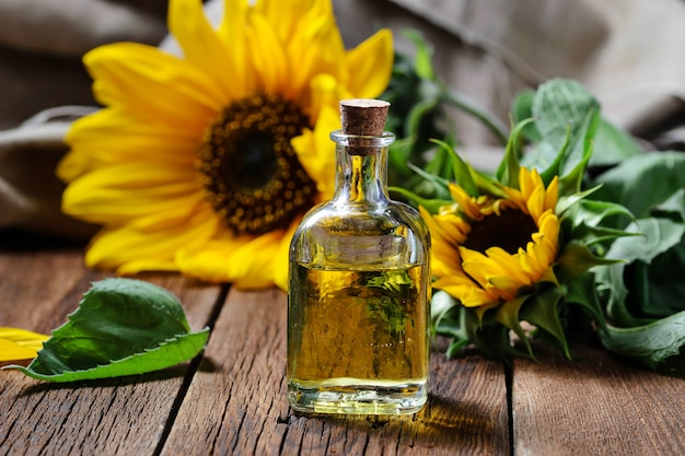 天然ひまわり油と花