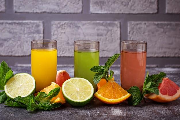 新鮮な柑橘系ジュースの選択デトックスドリンク。セレクティブフォーカス