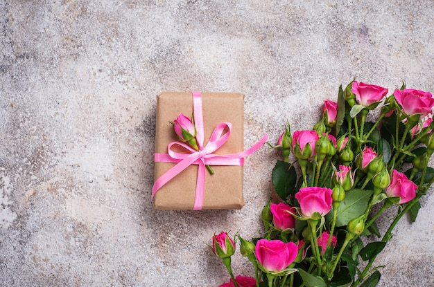 ピンクのバラとリボン付きギフトボックス