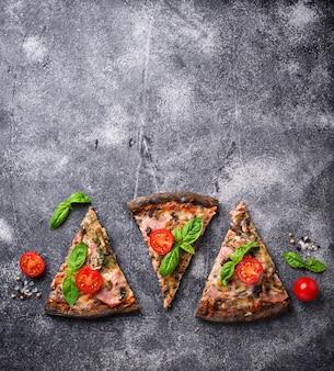 トマトとバジルの黒ピザの部分