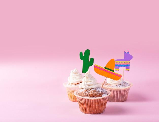 メキシコのパーティーフィエスタを祝うためのカップケーキ