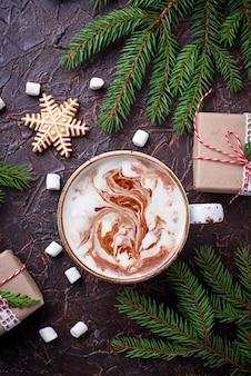Рождественский фон с латте и подарочными коробками